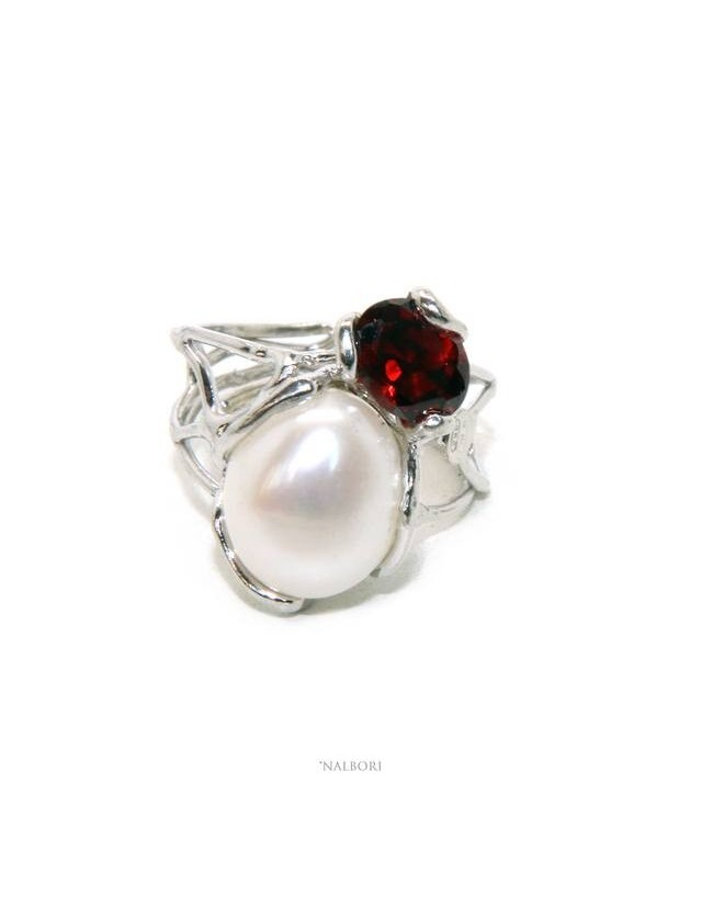 A007 Anello donna argento 925 regolabile realizzato a cera persa con perla barocca e granato rosso scuro